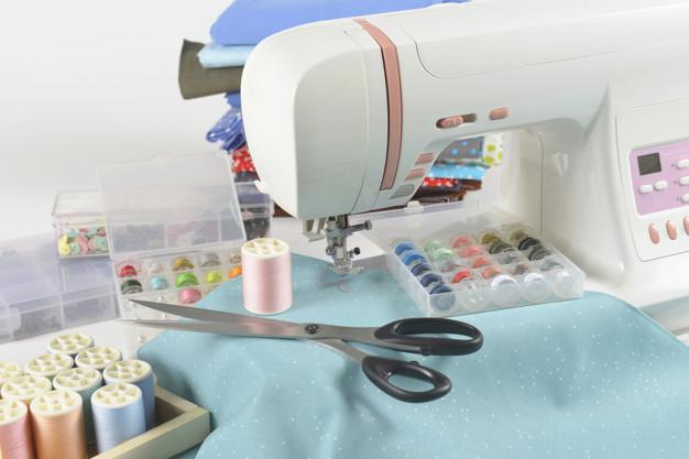 Machine coudre rouleaux fils colores ciseaux tissus accessoires pour couture 67092 335